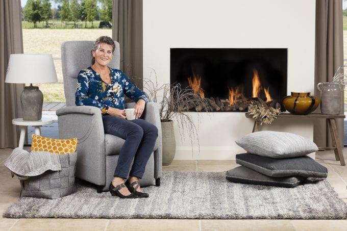 Sta op stoel - staopstoelen.nl Fitform 580 Elevo-580-lichtgrijs-neutraal-vrouw-sfeer-liggend